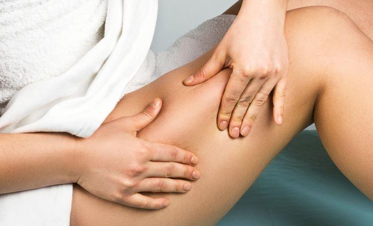 Massaggi gambe e glutei fai da te, come difendersi dalla cellulite